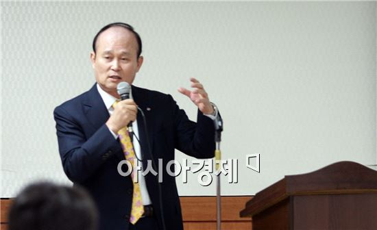 CJ대한통운과 CJ GLS 합병 기자간담회 당시 이채욱 부회장 모습.