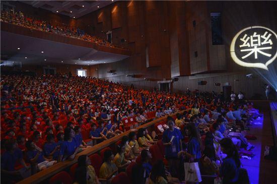 1300명의 중학생들이 7일 충남대학교에서 열린 '열정락서' 강연을 듣고 있다.