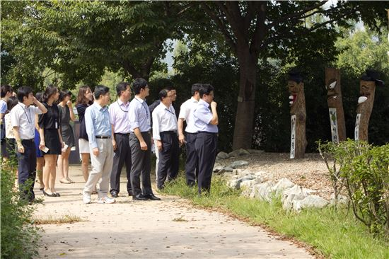 ▲김 장관(가운데 베이지색 바지 입은 이)과 사무관들이 '산책하는 이들의 즐거움'에 빠져 있다.[사진제공=국무조정실]