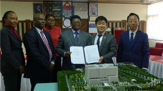 왼쪽부터 4번째 Ephata E. Kaaya 무힘빌리 대학 부총장, 5번째 정성환 코오롱글로벌 해외영업팀장