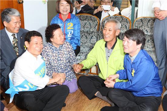 안철수 새정치민주연합 공동대표(오른)와 윤장현 광주시장 후보(왼쪽 두번째)가 광주 시내 한 경로당을 찾고 지지를 호소하고 있다.