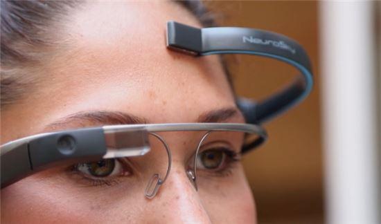 생각만으로 구글글라스 작동시키는 '뇌파 인식 앱' 나온다 - 아시아경제