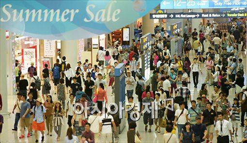 인천공항 면세점이 관광객들로 붐비고 있다. 위 사진은 기사 내용과 관련 없음.
