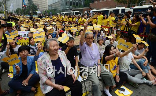지난 13일 서울 종로 주한일본대사관 앞에서 열린 '일본군 위안부 문제해결을 위한 정기 수요시위'에 참석한 길원옥(왼쪽), 김복동 할머니와 시민들이 구호를 외치고 있다.