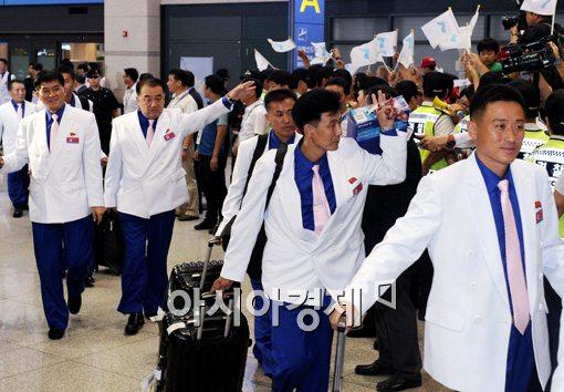 2014년 인천아시안게임에 참가하기 위해 입국하는 북한 선수단[사진=김현민 기자]