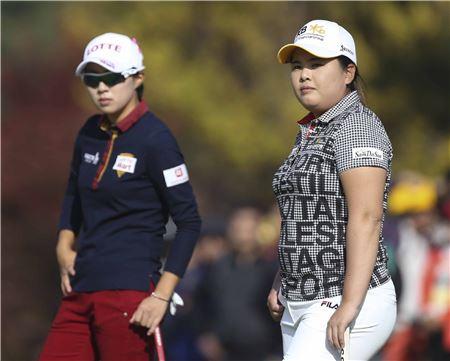 김효주(왼쪽)와 박인비가 KB금융스타챔피언십 셋째날 9번홀에서 페어웨이를 바라보고 있다. 사진=KLPGA제공