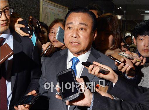 이완구 총리 내정자가 23일 여의도 국회에서 취재진에 둘러싸여 질문을 받고 있다.
