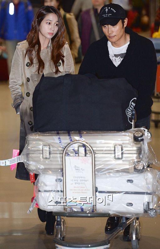 배우 이병헌, 이민정 부부가 오늘(26일) 귀국 했다.