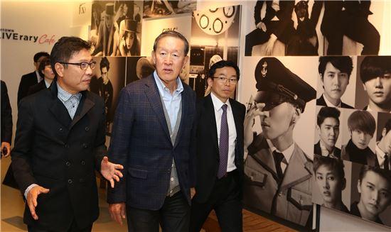 허창수 전경련 회장이 이수만 SM엔터테인먼트 프로듀서의 안내에 따라 시설을 둘러보고 있다.