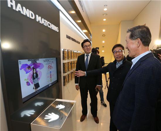 허창수 전경련 회장이(왼쪽 세번째) 24일 SM타운 코엑스 아티움을 방문, 이수만 SM엔터테인먼트 프로듀서(왼쪽 두번째)의 안내에 따라 핸드 프린팅을 체험해 보고 있다.