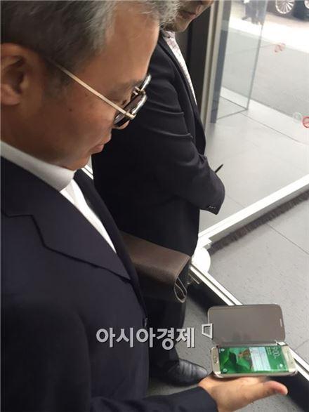 전동수 삼성SDS 사장이 15일 서초사옥에서 열린 수요사장단회의 직후 본인의 '갤럭시S6 엣지 골드' 모델을 꺼내보이고 있다.