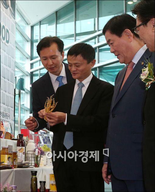 [포토]한국 인삼에 관심 많은 마윈 알리바바 회장 - 아시아경제