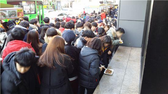 공무원 지망생들이 몰려 있는 서울 노량진 수험가의 거리 풍경.