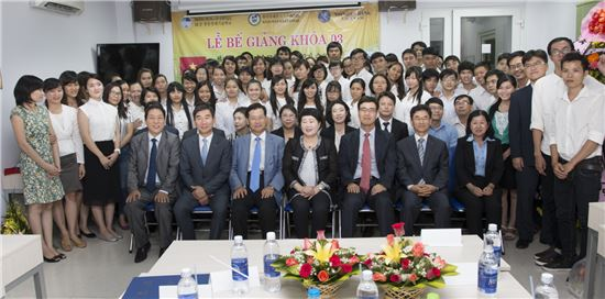 신한베트남은행이 3일 베트남 호치민시에 위치한 직업훈련센터 한베청년경제기술교육센터에서 3기 교육생 수료식을 개최하고, 참석자들이 포즈를 취하고 있다. 사진제공 신한금융지주