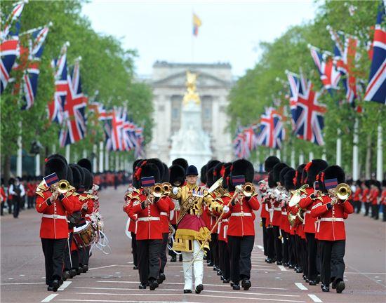 영국 근위병 군악대의 모습. 서구 국가들의 군악대는 18세기에 대부분 만들어졌으며, 주요 악기들인 트럼펫, 심벌즈, 베이스 드럼 등은 모두 오스만 투르크에서 건너간 악기들이었다.(사진=아시아경제DB)