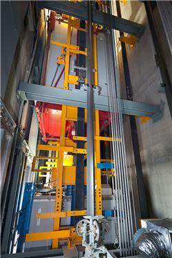 더블데크 엘리베이터의 뒷면. 파란색 하부 차와 빨간색 상부 차가 붙어 있는 모습.