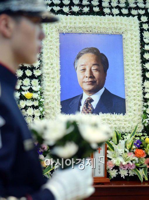 """[정치, 그날엔…] '의원 제명 1호' YS의 예언 """"닭 모가지 비틀어도 새벽은…"""" - 아시아경제"""