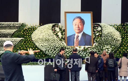 YS '정치적 아들'의 빈소정치, 부메랑되나?