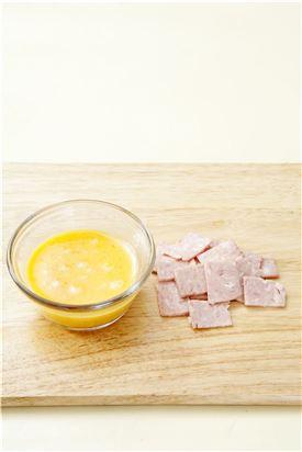 1. 달걀은 곱게 풀어 소금으로 간하고 햄은 얇게 썬다.