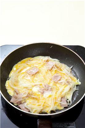 4. 2분 정도 익혀 감자가 어느 정도 익으면 달걀물을 감자 사이사이에 골고루 부어 익힌 다음 뒤집어서 마저 익혀 적당한 크기로 썬다.