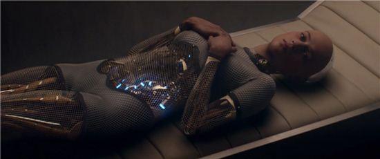 로봇 에이바는 가변적인 외모만큼이나 뛰어난 지성과 감성으로 인간의 감정을 사로잡고 교란시킨다. 사진 = 영화 '엑스마키나' 스틸컷