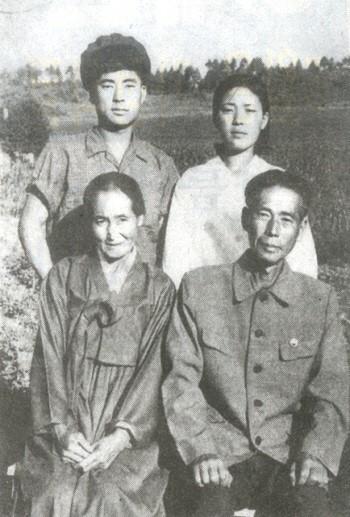 백석의 북한시절 가족사진. 아랫줄 오른쪽이 백석, 왼쪽은 그의 세번째 부인 리윤희, 뒷 줄 남녀는 아들과 딸.