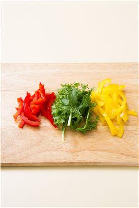 2.노랑, 빨강 파프리카는 채 썰고 와사비 잎은 먹기 좋게 찢는다.