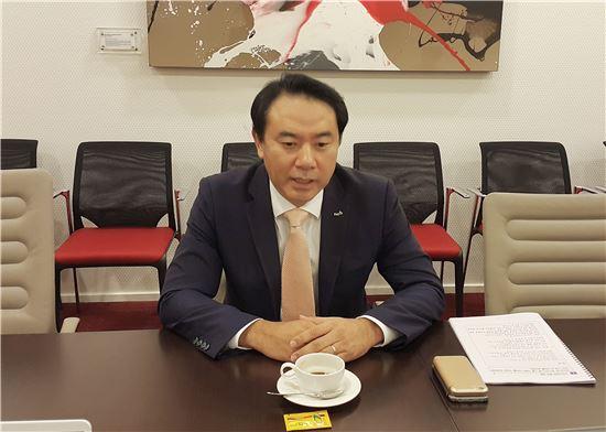 유재훈 한국예탁결제원 사장이 30일 인도네시아에서 열린 펀드플랫폼 `S-인베스트(INVEST) 개통식 후 기자간담회에서 이야기를 하고 있다.