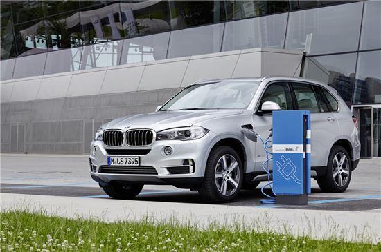 [수입차 전략차종]고효율 성능 자랑하는 PHEV 'BMW i8·뉴 X5 x드라이브 40e'  - 아시아경제
