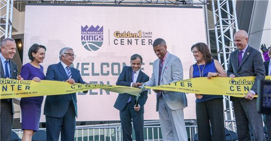 NBA 새크라멘토 킹즈 홈구장 개장식 행사 리본 커팅식. 케빈 존슨(오른쪽 세 번째) 새크라멘토 시장뿐만 아니라 NBA를 30년 간 이끈 데이비드 스턴 전 총재(왼쪽 세 번째) 등이 참석해 자리를 빛냈다.