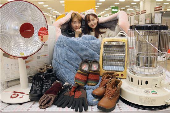 3일 서울 황학동 이마트 청계천점에서 방한대전이 열린 가운데 모델들이 히터, 구스다운 이불, 방한장갑, 방한화 등 다양한 상품들을 선보이고 있다.