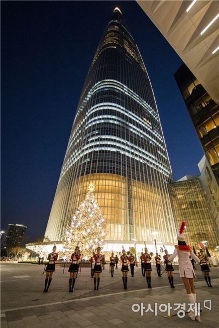 롯데월드타워 앞 아레나 광장에 마련된 19m 초대형 트리 점등을 축하는 마칭밴드가 크리스마스 캐롤을 연주하고 있다.