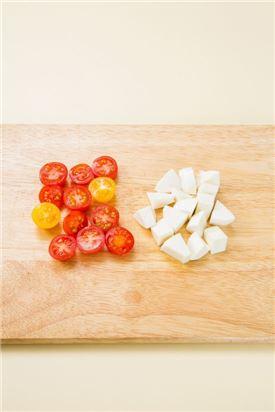 2. 방울토마토는 슬라이스하고 생모차렐라 치즈는 방울토마토와 비슷한 크기로 썬다.