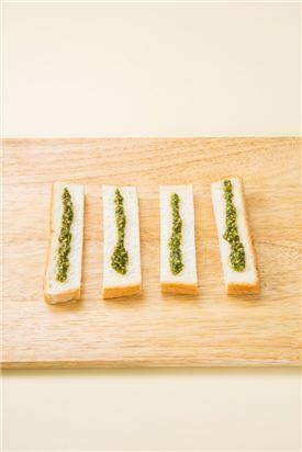 3. 식빵에 올리브오일을 골고루 뿌린 다음 소금약간을 뿌린다.