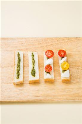4. 식빵에 방울토마토와 생모짜랠라 치즈를 얹고 바질을 올린다.
