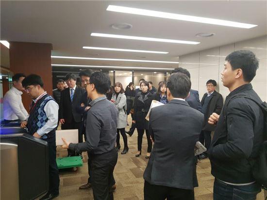 서울 중구 소공동에 위치한 롯데그룹 본사 24층 출입문 앞. 30여명 가량의 검찰 관계자들이 롯데측에 출입을 요구하며 대치하고 있는 모습.