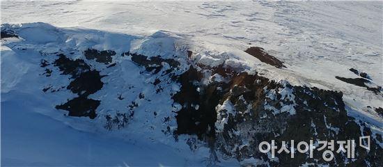 ▲남극의 리트만 화산은 지금도 가스를 방출하고 있다. 화산 가스 비율 분석을 통해 폭발시점을 알아낼 수 있다.