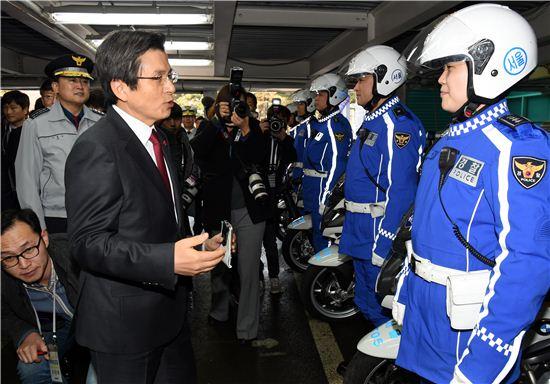 황교안 대통령 권한대행이 최근 서울경찰청을 방문해 경찰관들을 격려했다. 사진은 기사와 직접 관련이 없음. 아시아경제DB.