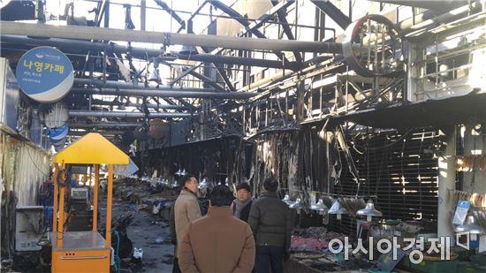 지난 15일 전남 여수교동수산시장에서 화재가 발생, 시장내 점포 대부분이 불에 타면서 상인들이 망연자실에 빠졌다.