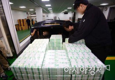 설 연휴를 일주일 앞둔 지난 8일 서울 테헤란로 한국은행 강남본부에서 관계자들이 시중은행에 공급할 명절 자금을 방출하고 있다.