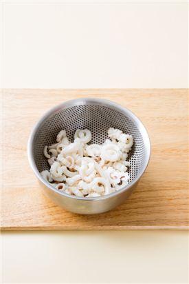 1. 오징어는 껍질을 벗기고 칼집을 넣어 곱게 채 썬 다음 끓는 물에 살짝 데쳐 식힌다.
