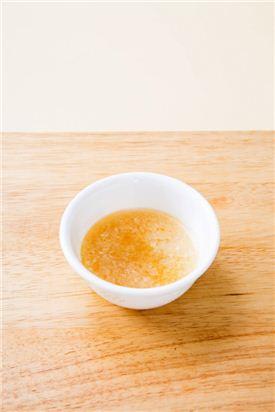 3. 분량의 마늘 소스 재료를 섞는다.