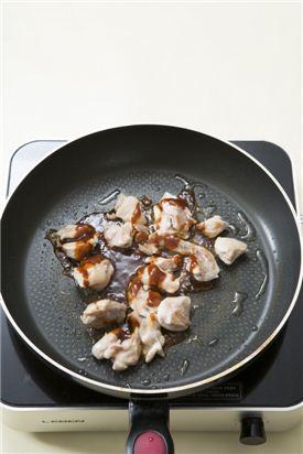 2. 닭 다리살은 껍질째 먹기 좋은 크기로 잘라 프라이팬에 식용유를 두르고 노릇노릇하게 굽는다. 익으면 바비큐 소스를 뿌리고 굽는다. tip) 먹다 남은 치킨이 있다면 살을 발라내고 구워서 사용해도 좋아요.