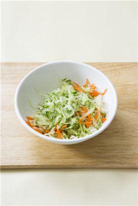3. 양배추, 오이, 당근은 채 썰어 소금에 살짝 절여 물기를 뺀다. 채소 양념 재료인 올리브오일, 식초, 후춧가루로 버무린다. tip) 채소는 너무 두껍거나 길면 샌드위치에 올리기 어려우니 채썰기에 자신이 없다면 채칼을 활용해 보세요.