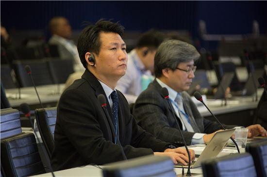 16일 스위스 제네바에서 열린 ITU 국제표준화 회의에 참석한 국내 인사들. 왼쪽부터 KT 최회림 책임연구원, 정성호 한국외대 교수(사진제공=kt)