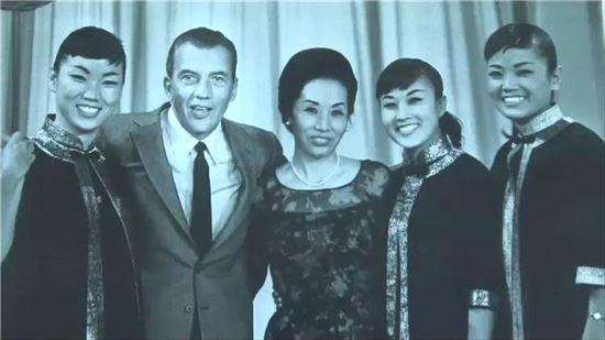 CBS TV '에드 설리반 쇼'에 출연한 김시스터즈. 왼쪽부터 김숙자·에드 설리반·이난영·김민자·김애자