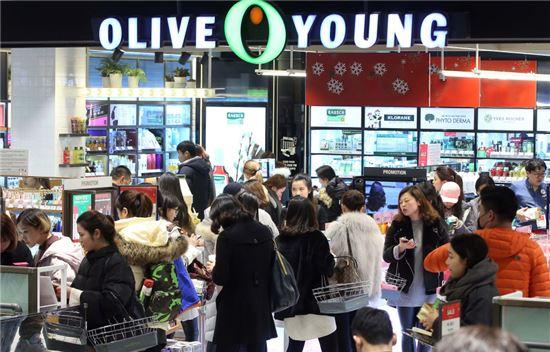 CJ올리브영 명동본점에서 중국인 관광객들이 쇼핑하고 있다.