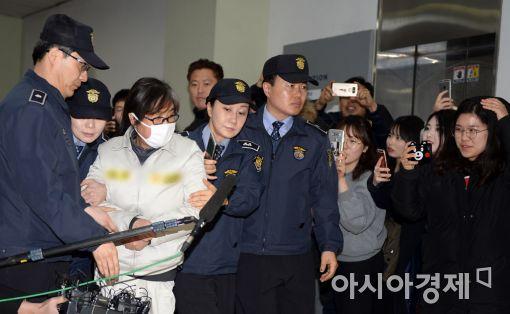 박근혜 전 대통령 탄핵에도 국정농단 혐의를 부인하는 최순실씨.(왼쪽 세번째)
