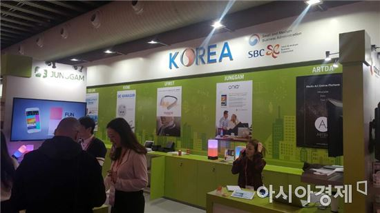 중소기업청과 중소기업진흥공단은 MWC에서 한국관을 열었다.