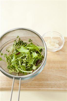 2. 베이비 채소와 무순은 찬물에 담갔다가 체에 건져 물기를 빼고 양파는 곱게 다진다.